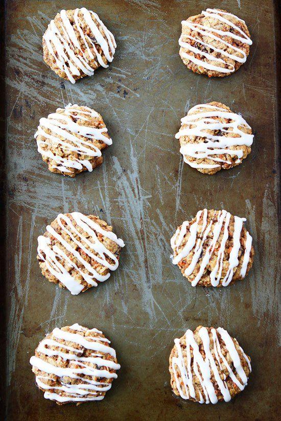 Hříšně dobré sušenky, které svou chutí připomínají báječný mrkvový dort. Rychle hotové a krásně vonící kokosem. Ingredience Těsto 1 hrnek celozrnné pšeničné mouky 1 lžička jedlé sody 1/2 lžičky soli 1 1/2 lžičky mleté skořice 1/8 lžičky mletého muškátového oříšku 1/4 hrnku kokosového oleje pokojové teploty 1/2 hrnku třtinového cukru 1/4 hrnku krupicového cukru 1