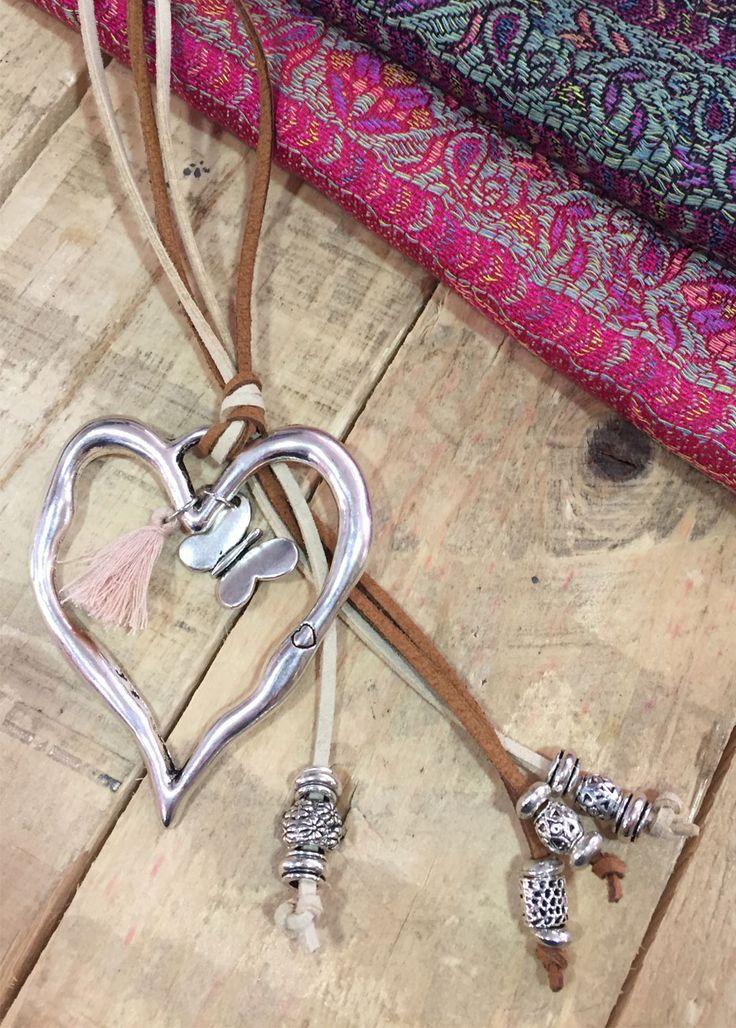 Collar corazon antelina de Zamak, realizado a mano de la firma Wakanda. Una pieza sencilla para dar un toque especial a tus prendas favoritas.