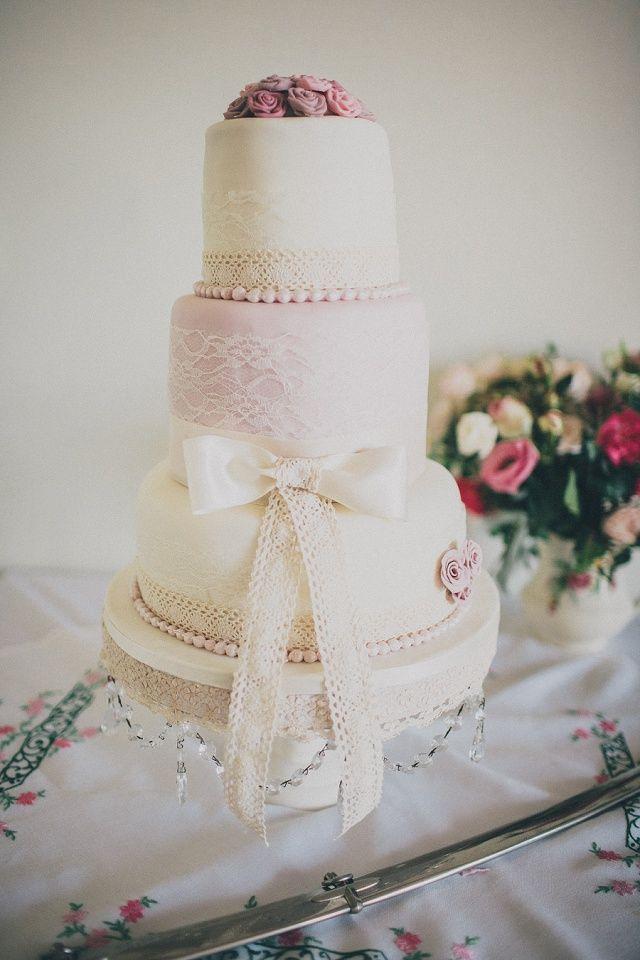 Vintage wedding cake / Vintage Hochzeitstorte mit Spitze - Hochzeit am Meer von Ali Paul | Hochzeitsblog - The Little Wedding Corner