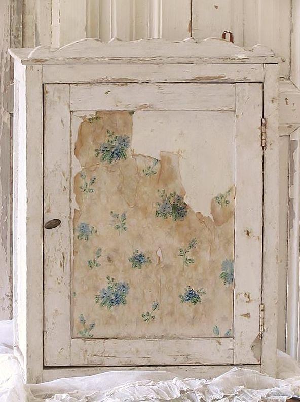 klein kastje met oud behang / small cabinet with old wallpaper