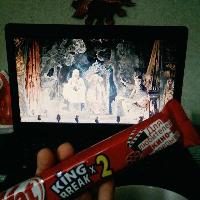 Наконец-то пятница. Впереди выходные можно отдохнуть.. И я решила просмотреть фильм #ВоображариумДоктораПарнаса #KitKat #Длялюбителейкиноперерыва т.е для меня by valeriya_basenik