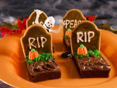Prueba estos deliciosos brownies halloween, son fáciles de hacer y tienen una decoración de tumba ideales para tus hijos en este día de Halloween.
