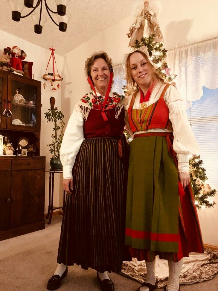 Sundom-Korsholm/Mustasaari and Vörå/Vöyri Folkdräkt/Kansallispuku from Finland/Suomi. Mother and daughter in regional Ostrobothnian folk (national) dress.
