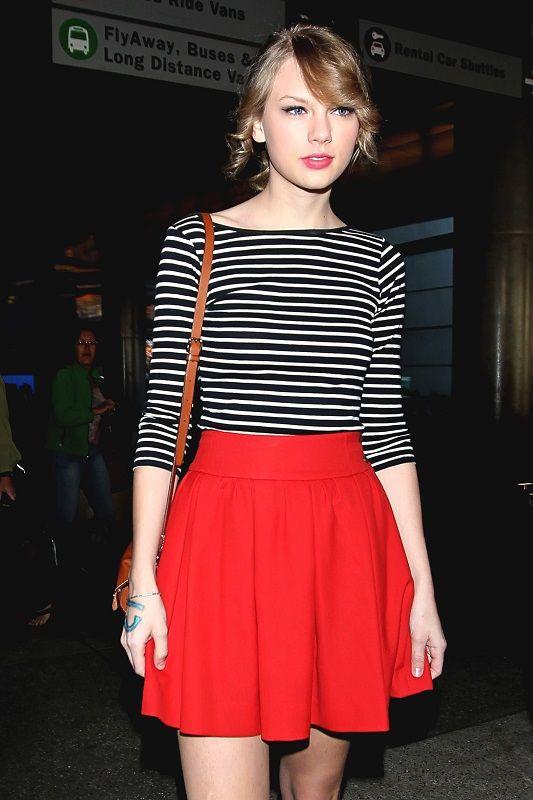 Тейлор Свифт в красной, широкой юбке и полосатом слипоне