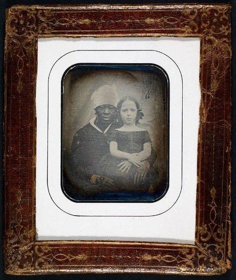 """Christine Almlund, leder af auktionshuset Bruun Rasmussens afdeling for fotokunst, er rimelig glad i disse dage. Hun kan nemlig her, hvor Dansk Vestindien er på manges læber, præsentere en række sjældne, gamle fotografier fra de tidligere danske øer, som eksperter er enige om, er """"meget interessante"""". """"Vi har fået den indleveret af en kunde, der…"""