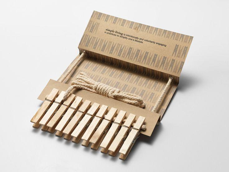 Дизайнер Christina Komine разработала дизайн иконструкцию комбинированной упаковки длядеревянных прищепок. Приоритет вэтой упаковке— подчеркнуть замкнутым контуром связь между деревянными прищепками, хлопковой бельевой веревкой исамой упаковкой. Собранные вместе элементы помогают друг другу, они создают иподдерживают структуру упаковки безиспользования клея. Целевой рынок деревянных прищепок представляет сторонников образа жизни, которые считает простую функцию преобладающей…