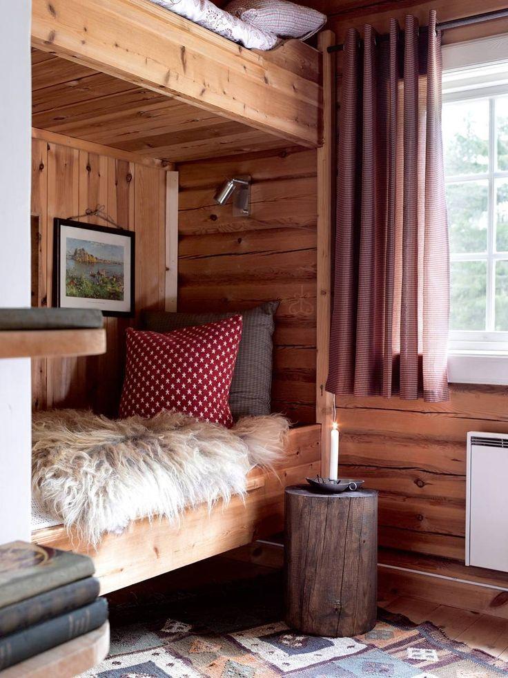 EN SKINNDRØM: I hovedhytta er det ett eneste soverom. Reinsdyrskinn fra en butikk på Venabygdsfjellet. En vedkubbe beiset i en flott farge kan utgjøre et fint nattbord.