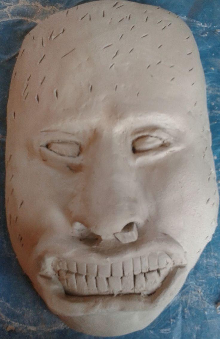 Zo ziet mijn gezicht eruit met mond en tanden, het moet er op lijken dat de tanden op elkaar staan en uit het neusgat komt een gum. Uit het andere neusgat moet een potlood komen. ( de gaten in het hoofd zijn ervoor zodat ik er met een spons overheen kan en zo wordt het hoofd niet te hard