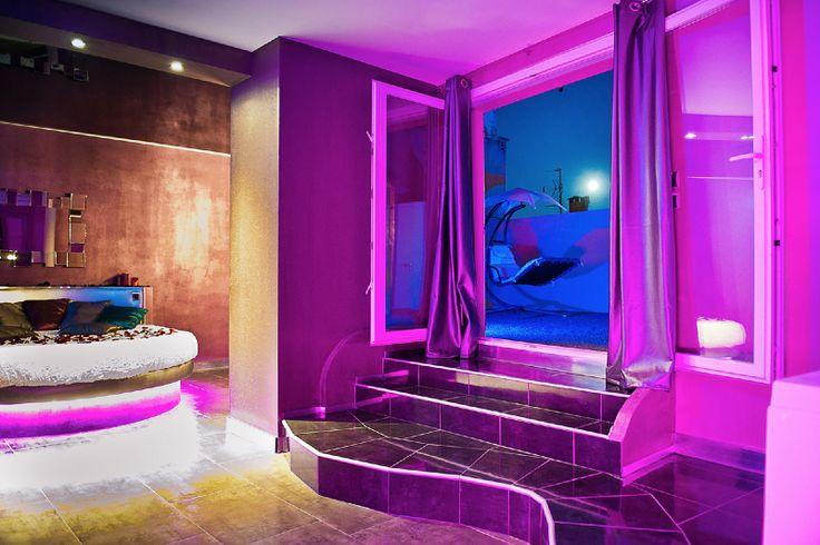 Romantique Loft - Lit rond comme suspendu, plafond tendu noir à effet miroir, baignoire balnéo double de type jacuzzi, terrasse de toit, douche italienne