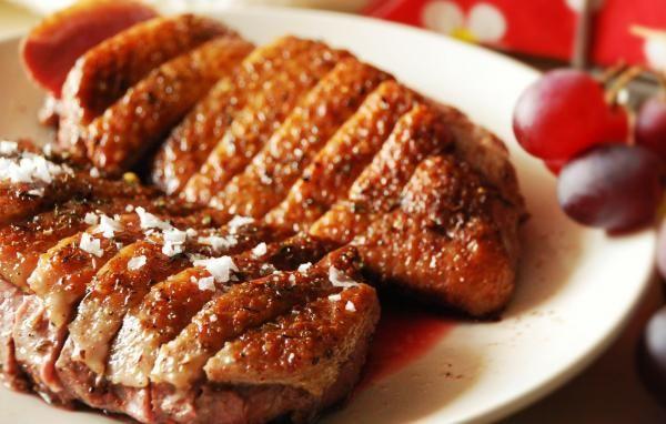 Aprenda a preparar magret de pato no forno com esta excelente e fácil receita. A carne de pato é conhecida como carne magra ou selvagem e, apesar de conter uma...