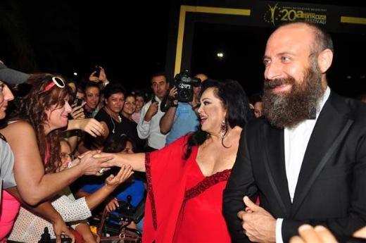 Altın Koza açılış töreni  Adana'da bu yıl 20'incisi gerçekleştirilen 2013 Altın Koza Film Festivali'nin açılışı renkli görüntülere sahne oldu. Açılış törenin onur konuğu olan 'Yeşilçam'ın 4 Yoncası' olarak anılan Türkan Şoray, Hülya Koçyiğit, Fatma Girik ve Filiz Akın, Adanalılar'ın sevgi seliyle karşılaştı. Bu sanatçılara, ünlü aktörler Halit Ergenç, Sinan Tuzcu, Yiğit Özşener ve Yetkin Dikiciler eşlik etti.