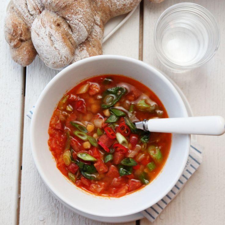 Spansk suppe med chorizo, chili og kikerter