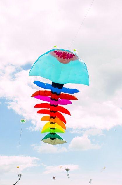 Smoki, wieloryby, czarownice, duchy i inne kolorowe stworzenia opanowały niebo w Portsmouth w Wielkiej Brytanii - festiwal latawców. http://kontakt24.tvn24.pl/najnowsze/festiwal-kolorowych-latawcow-na-niebie,176201.html