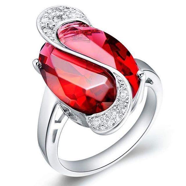 El diamante rojo es el más caro representativo de su familia y al mismo tiempo la piedra preciosa más costosa del mundo. Aunque no lo creas, el precio por quilate equivale a más de un millón de dólares. Encuentra las 10 piedras preciosas más costosas, en: http://tendenciasjoyeria.com/top-10-las-piedras-preciosas-mas-caras/