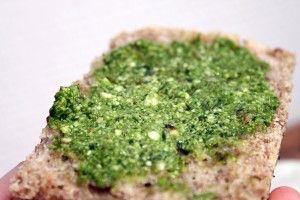 Ramsløgspesto – med mandler, sesamfrø og solsikkekerner  http://froekenfoodie.dk/ramsloegs-pesto-med-mandler-sesamfroe-og-solsikkekerner