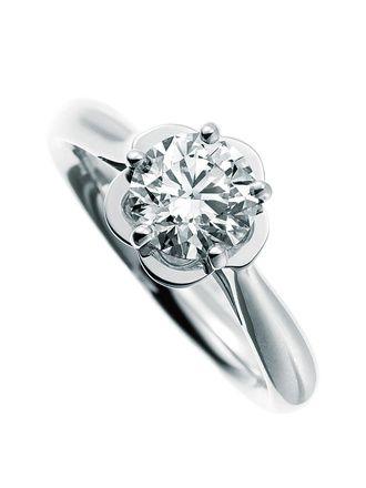 シャネル ファイン ジュエリーブティック(Chanel) 咲き誇る一輪のカメリアの花を左手の薬指に