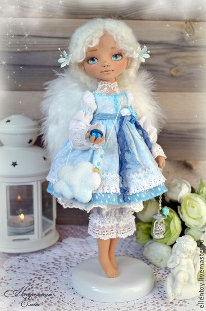 Лея - ангел, собирающий дождики. Среди зимних морозов родился совсем летний ангел, и не простой, а собирающий дождики.     Лея - куколка комбинированная, тельце простое, из хлопка, ножки не шарнирные. А вот голова у нее обтянута трикотажем и может поворачиваться.