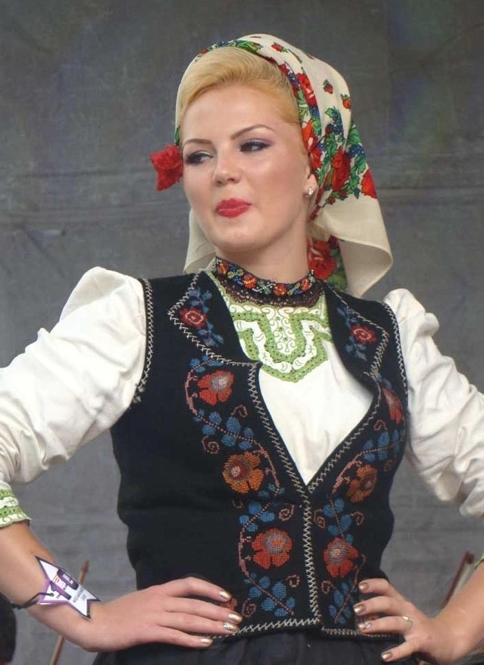 romanian people romanian women traditional dress folk costumes clothing rumänien