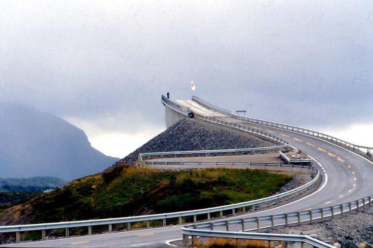 """Storseisundet híd Norvégiában. A híd az """"Atlantic Ocean Road"""" (Atlanterhavsveien) egyik gyöngyszeme. Az utat 1983-ban kezdték el építeni azzal a céllal, hogy Averøy települést az apró szigeteken át összekössék a szárazfölddel."""
