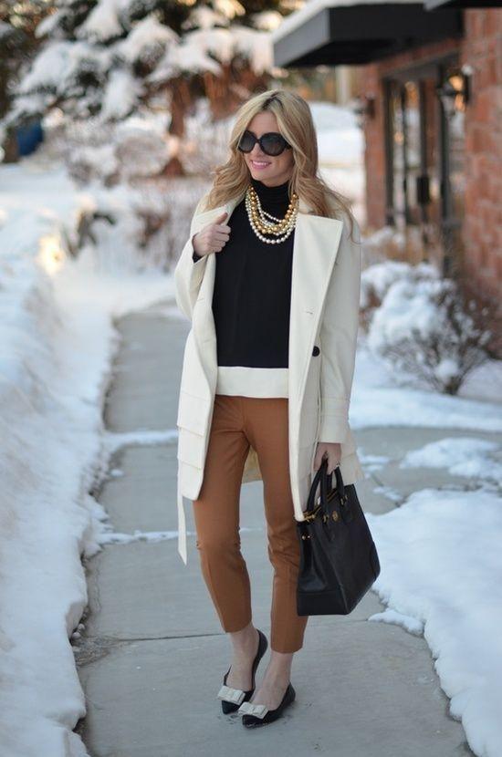 Un pantalón café no es tan fácil de combinar como otros tonos oscuros, como el negro o el gris. ¿Tienes dudas acerca de este color? Entonces no te pierdas estos consejos.¿Por qué nos cuesta combinar un pantalón café?Elegir qué ponerte con un pantalón de este color puede ser una tarea confusa y frustrant
