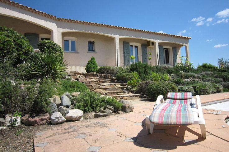 Vakantiehuis in Berlou (Occitanie) Deze prachtige villa is gebouwd in 2000, is omgeven door de bergen en kijkt uit over de wijngaarden. Naast de grote woon- en eetkamer, is er de keuken, drie ruime slaapkamers, twee badkamers, open haa