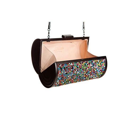A színes flitterek nagyon jól feldobják az amúgy egyszerű, fekete táskát.
