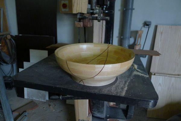 Un second essais de tournage segmenté. Il s'agit d'une coupe à fruit de presque 40cm de diamètre. Le gros du travail n'est pas le tournage mais le travail de préparation. Une première phase de calcul,...