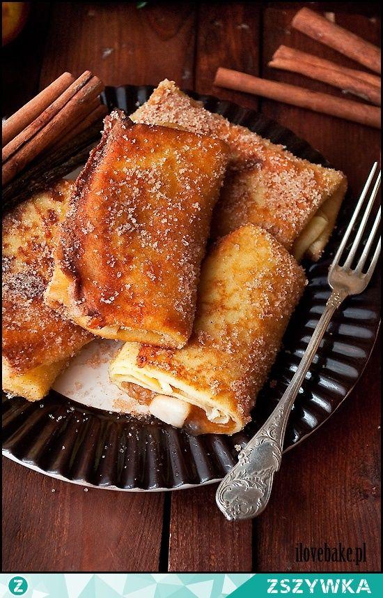 Zobacz zdjęcie NALEŚNIKI Z JABŁKAMI W POSYPCE CUKROWEJ Z CYNAMONEM SKŁADNIKI NA CIASTO NALEŚNIKOWE: 1 szklanka mąki tortowej 2 jajka 1/2 szklanki mleka 1/2 szklanki wody (może być gazowana) 1 łyżka masła, roztopionego szczypta soli SKŁADNIKI NA NADZIENIE JABŁKOWE: 4 jabłka, najlepiej lekko kwaśne 1/2 szklanki wody 1/4 szklanki mąki ziemniaczanej 1/2 szklanki cukru 1 łyżeczka cukru waniliowego 1 łyżeczka cynamonu, płaska 2 łyżki soku z cytryny szczypta soli SKŁADNIKI NA POSYPKĘ CUKROWĄ: 1...