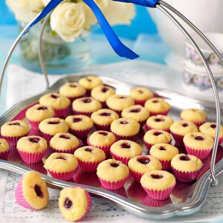 Läckra små minigrottor fyllda med blåbärssylt.