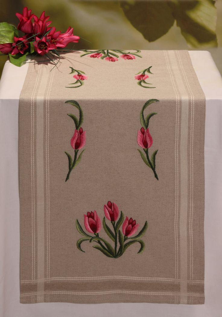 Pembe çiçekli masa örtüsü (nakış)