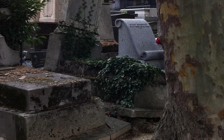 El mantenimiento de un cementerio es muy costoso, tumbas ya muy antiguas no consiguen que los descendientes las restauren.