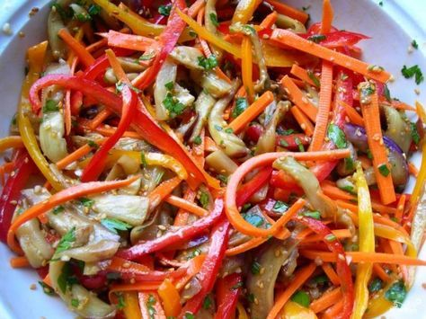 Все овощи складываем в салатницу, добавляем кунжут, сахар, соевый соус, кориандр, уксус. Все хорошенько перемешиваем и ставим на ночь в холодильник.