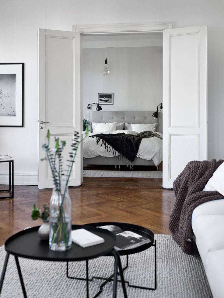 Schlicht-elegantes skandinavisches Apartment in Weiß, Grau und Schwarz. ähnliche tolle Projekte und Ideen wie im Bild vorgestellt findest du auch in unserem Magazin
