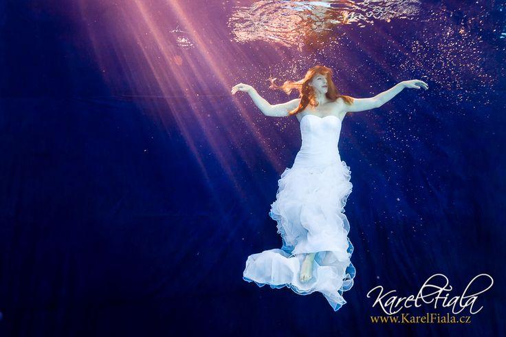 V uplynulém týdnu jsme fotili módu pod vodou. Tady jsou fotky, které tam vznikly!