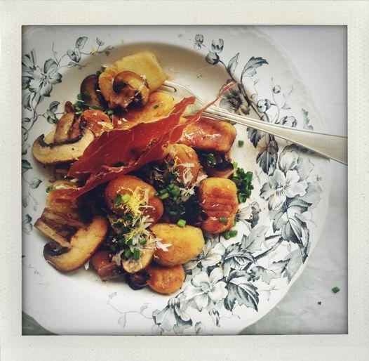 gnocchi, recipe, recept, potatis, potatoes, pasta, degbollar, klimp, italiensk, italian, hemlagad, hemmagjord, homemade, potatispasta, potatisbollar, torkad parmaskinka, dried parma ham, gräslök, chive, chives, svamp, mushroom, bränt smör, burnt butter, pastarätt, pasta dish, easy food, comfort food, spring food, vårmat, vårpasta, buffé, enkel mat, billig mat, I huvudet på Elvaelva.