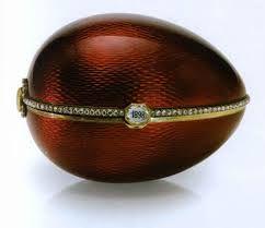 """I bordi e la cerniera sono coperti da fasce d'oro, su quella superiore è incastonata una fila di diamanti ed è fissata un placchetta che funge da pulsante di chiusura e sulla quale è posto un diamante tagliato come una lastra sottile attraverso il quale si legge la data """"1898"""". Ad una estremità è fissata un'altra placchetta, circondata da piccoli diamanti e coperta da un altro diamante tagliato come una lastra sottile sotto il quale, originariamente, erano visibili le iniziali di Barbara…"""