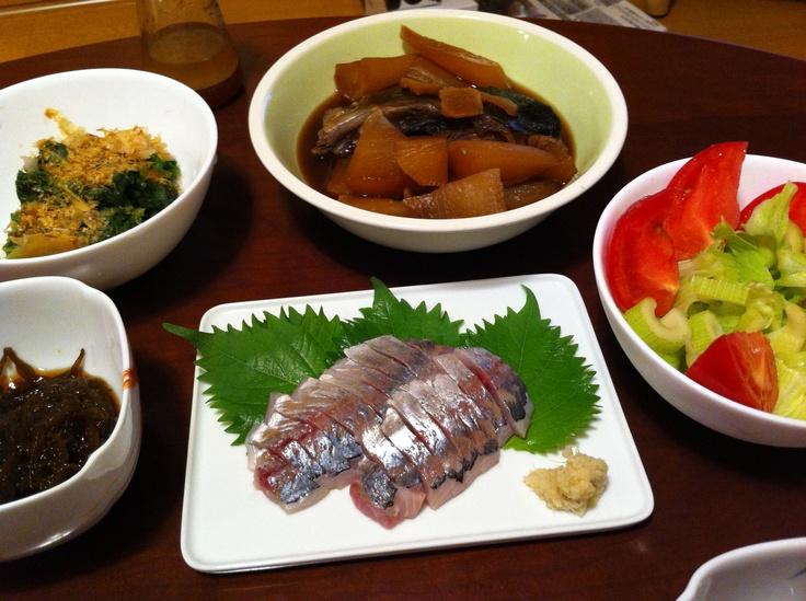 8/16晩ご飯。ぶりかまと大根の煮付け、鯵の刺身、ほうれん草お浸し、サラダ、もずく。