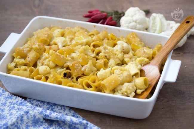 Pasta al forno, si! Ma con formaggi e verdure: pasta gratina con cavolfiore per cucinare l'ortaggio in maniera stuzzicante, saporita e filante!