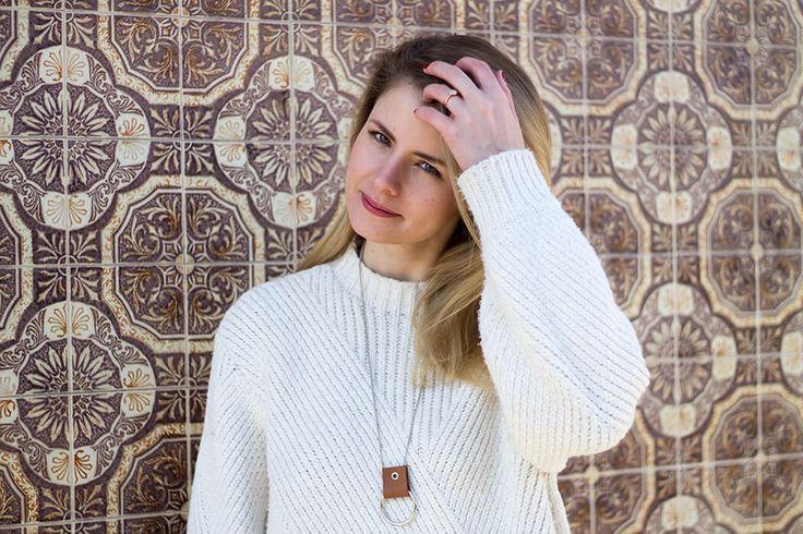 Herbstlook DIY weisser Strickpulli - Halskette mit Lederschlaufe selber machen