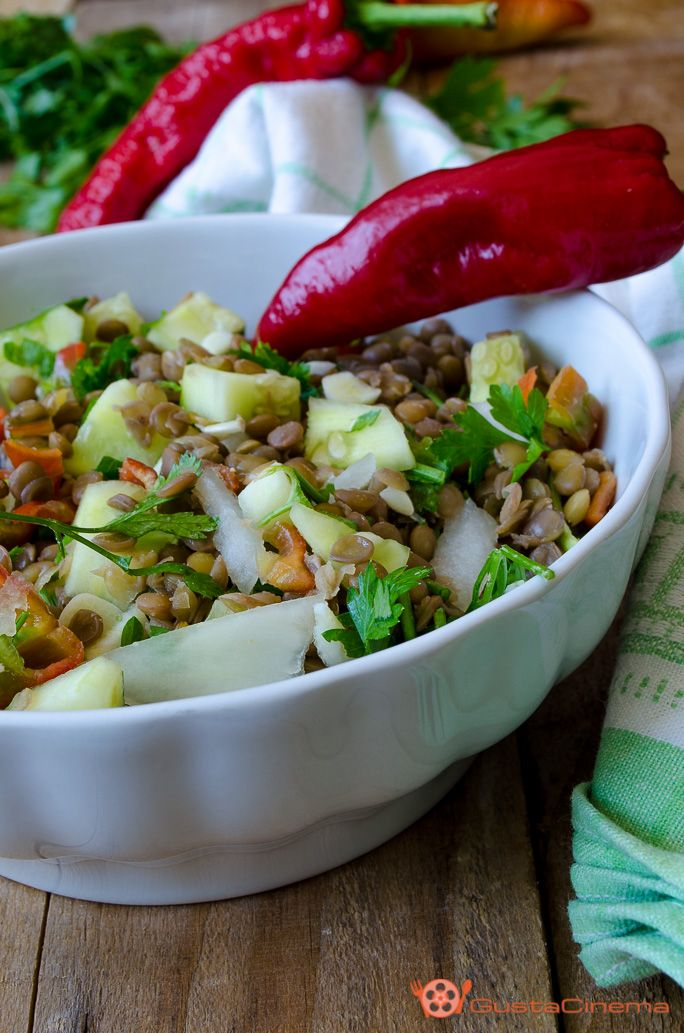 Insalata di lenticchie con cetrioli e peperoni è un piatto estivo fresco e genuino. Un piatto semplice e leggero, adatto per chi vuole restare in linea senza rinunciare al gusto.