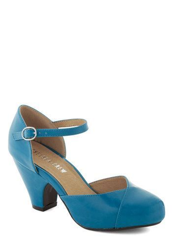 Fashionable Focus Heel in Peacock - Very 1940s! http://www.vintagedancer.com/1940s/1940s-womens-shoes/
