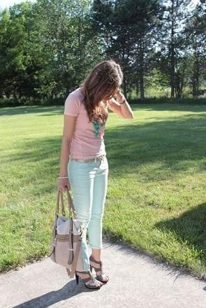 ミントグリーンパンツとピンクTシャツ *人気トレンドおすすめTシャツのレディース一覧まとめ