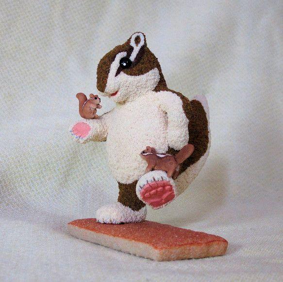 子リス達はシマリス君がとても大好きで手に乗ったり足に乗ったりといつも一緒に遊んでいます。素材は石粉粘土で型を形成した後全体の質感を醸し出すためパウダー(色粉)...|ハンドメイド、手作り、手仕事品の通販・販売・購入ならCreema。