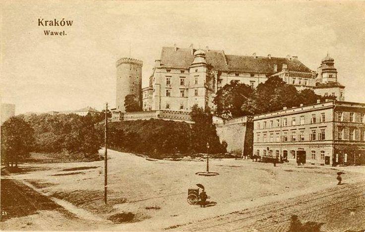 Wawel w 1870 roku. Piękna pocztówka!   Z prawej strony widzimy nieistniejącą już kamienicę św. Idziego.