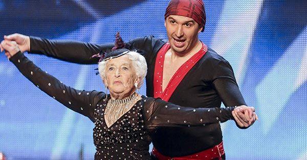 Esta abuelita de 79 años de edad te dejara sin palabras al ver como baila salsa de la mejor manera posible en un show de talentos