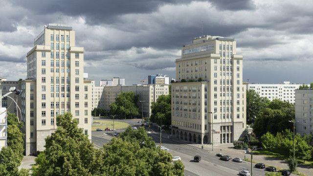 В Германии продаются  красивые квартиры в исторической части Берлина Штраусбергер Плац.  Рядом с домами отличная транспортная развязка, различные развлекательные и торговые центры, кафе, рестораны, художественные галереи и музеи. В проекте 79 жилых помещений с площадью 53 - 99 м2, с современной планировкой и интерьером самого высокого качества. Так, квартира, площадью 53 м2, с одной спальной и ванной комнатами, гостиной с кухонной зоной, продается по цене 195000 EUR   Парковка: € 17500