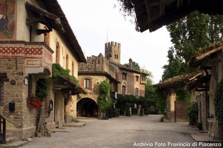 Twitter / turismoER: L'inconfondibile borgo neo-medievale di Grazzano Visconti #ValNure #Piacenza