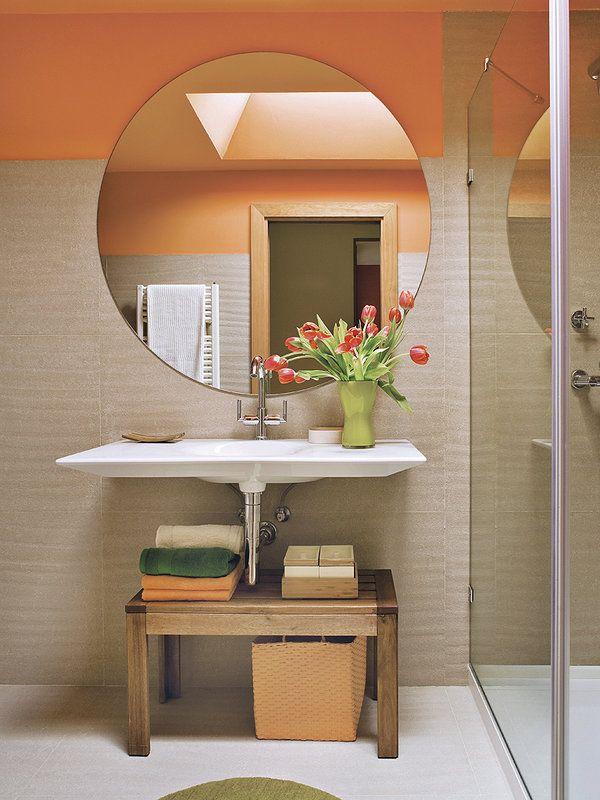 Claves para conseguir un baño amplio Un espejo circular de gran tamaño y un lavabo mural protagonizan la decoración. Son piezas de líneas muy depuradas que ganan relieve sobre el porcelánico beis, pleno de matices, que proporciona una superficie límpida en paredes y suelo. Interiorismo, Beatriz Arias; de su estudio procede el espejo, con diámetro de 1,16 m. De Roca: lavabo Kalahari, en porcelana; mide 1 x 0,51 m (268 € aprox.) y grifo modelo Loft Elite (292 € aprox.).