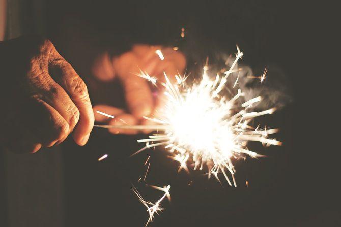 Hände mit Wunderkerze! #Hand #Wunderkerze #Silvester #dunkel #Funken #Fotografie