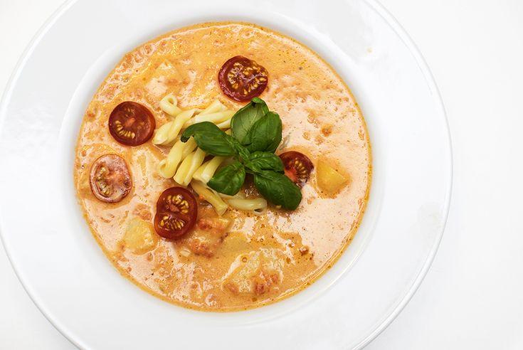 Nydelig kremet suppe med poteter, pasta og basilikum. Denne suppen...